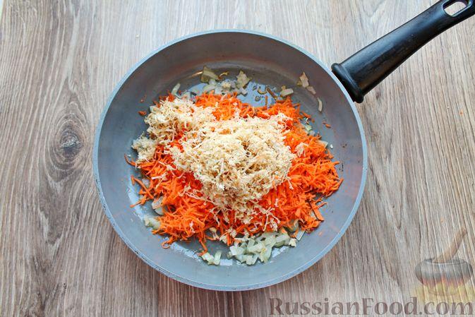 Фото приготовления рецепта: Рыбный суп с консервированными томатами - шаг №4