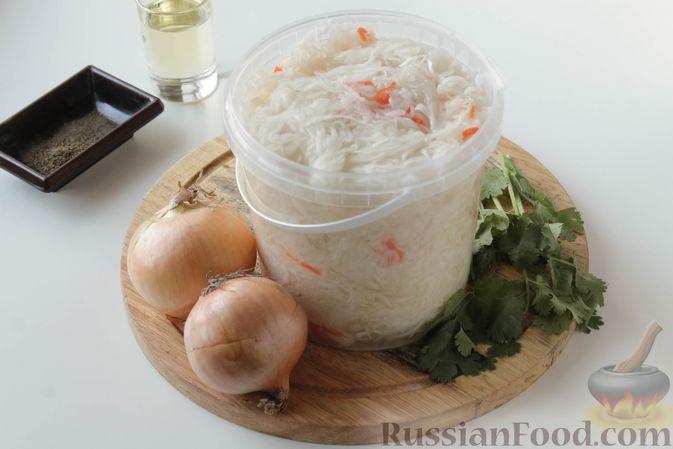 Фото приготовления рецепта: Жареная квашеная капуста с луком - шаг №1