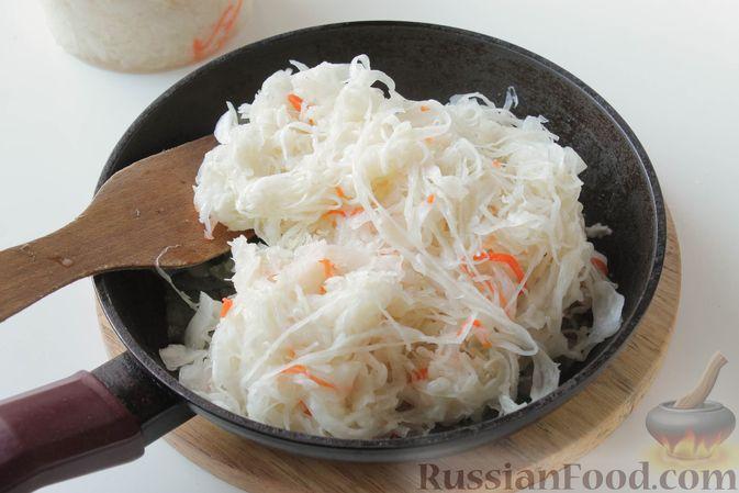 Фото приготовления рецепта: Жареная квашеная капуста с луком - шаг №4