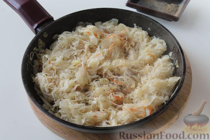 Фото приготовления рецепта: Жареная квашеная капуста с луком - шаг №6