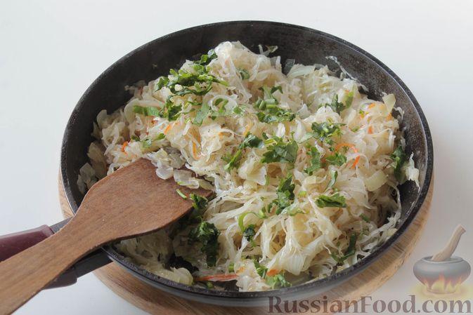 Фото приготовления рецепта: Жареная квашеная капуста с луком - шаг №7