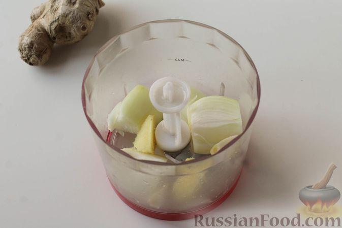 Фото приготовления рецепта: Куриные котлеты с имбирём, чесноком и кинзой (без яиц) - шаг №2