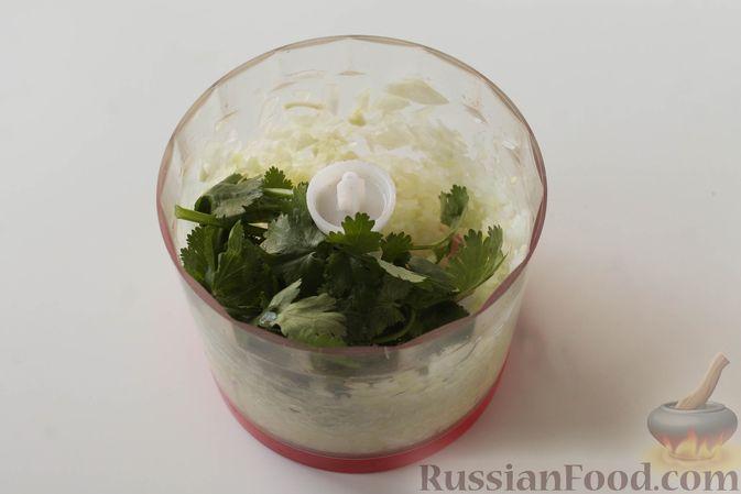 Фото приготовления рецепта: Куриные котлеты с имбирём, чесноком и кинзой (без яиц) - шаг №3
