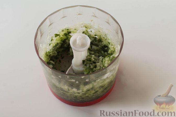 Фото приготовления рецепта: Куриные котлеты с имбирём, чесноком и кинзой (без яиц) - шаг №4