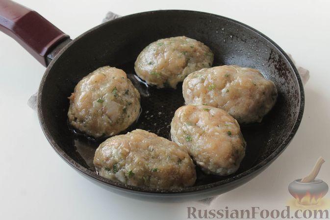 Фото приготовления рецепта: Куриные котлеты с имбирём, чесноком и кинзой (без яиц) - шаг №10