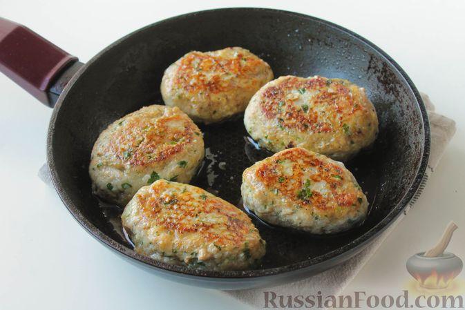 Фото приготовления рецепта: Куриные котлеты с имбирём, чесноком и кинзой (без яиц) - шаг №11
