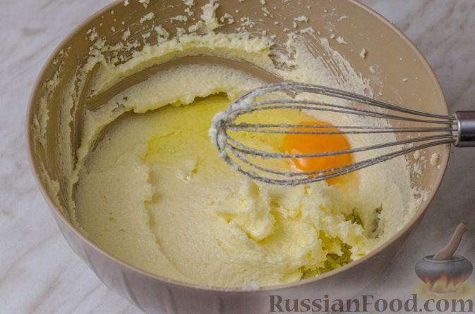 Фото приготовления рецепта: Апельсиновый кекс с клюквой и белковой глазурью - шаг №5
