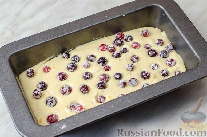 Фото приготовления рецепта: Апельсиновый кекс с клюквой и белковой глазурью - шаг №13