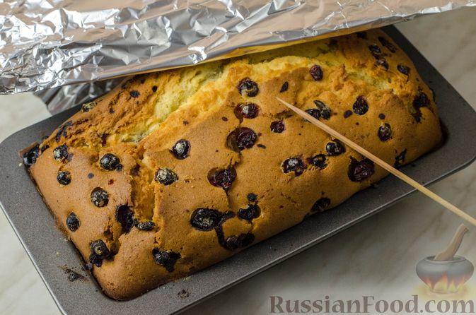 Фото приготовления рецепта: Апельсиновый кекс с клюквой и белковой глазурью - шаг №15