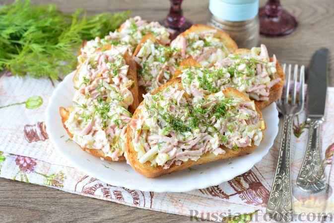 Фото к рецепту: Бутерброды с намазкой из варёных яиц, солёных огурцов и сосисок