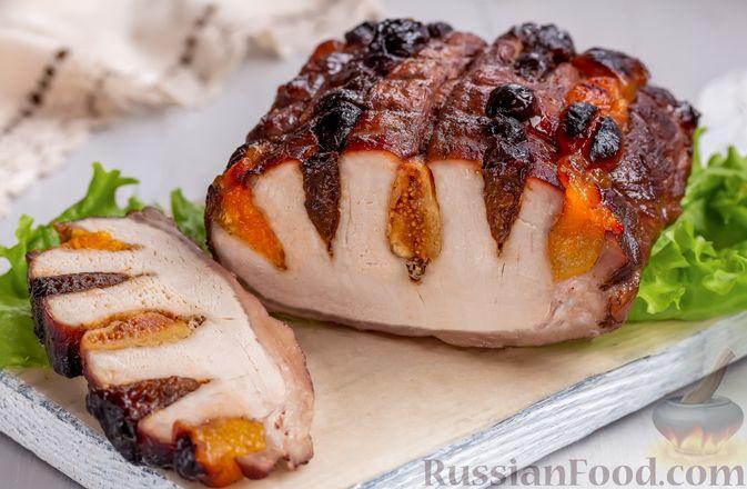 Фото к рецепту: Свинина, запечённая с сухофруктами и медовой глазурью