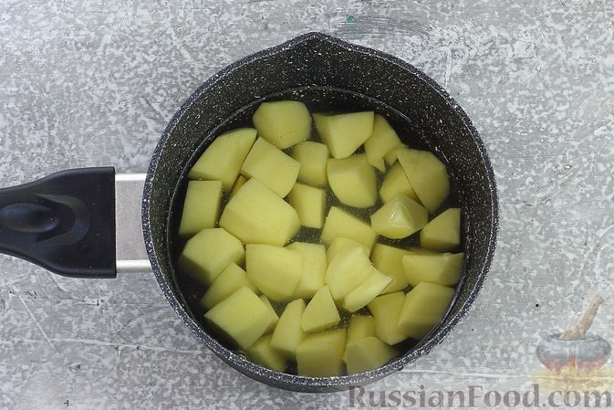 Фото приготовления рецепта: Торт из картофельно-миндального бисквита с вишнёвым конфитюром и белым ганашем - шаг №2