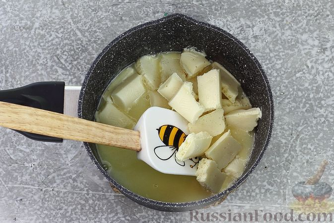 Фото приготовления рецепта: Торт из картофельно-миндального бисквита с вишнёвым конфитюром и белым ганашем - шаг №16