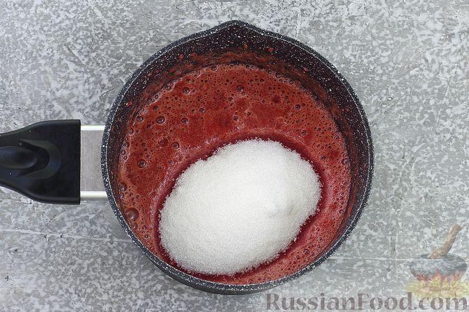Фото приготовления рецепта: Торт из картофельно-миндального бисквита с вишнёвым конфитюром и белым ганашем - шаг №21
