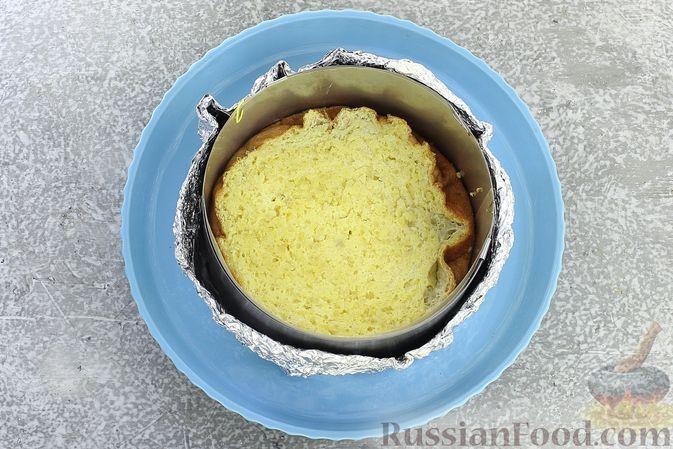 Фото приготовления рецепта: Торт из картофельно-миндального бисквита с вишнёвым конфитюром и белым ганашем - шаг №25