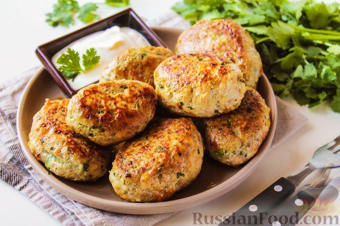 Фото к рецепту: Куриные котлеты с имбирём, чесноком и кинзой (без яиц)