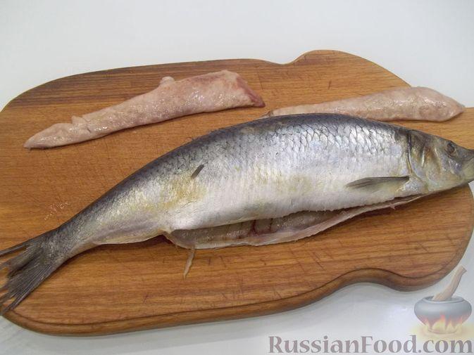 Фото приготовления рецепта: Копчёная рыба на сковороде - шаг №8
