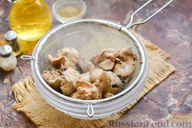 Фото приготовления рецепта: Запеканка из картофельного пюре, с куриной печенью - шаг №7