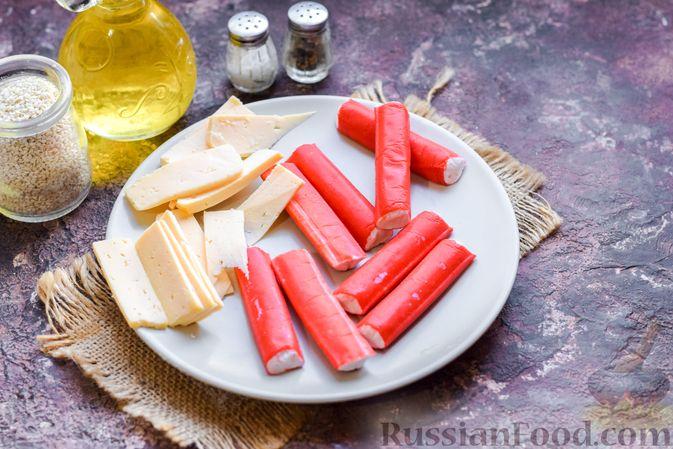 Фото приготовления рецепта: Слоёные трубочки с крабовыми палочками и сыром - шаг №2