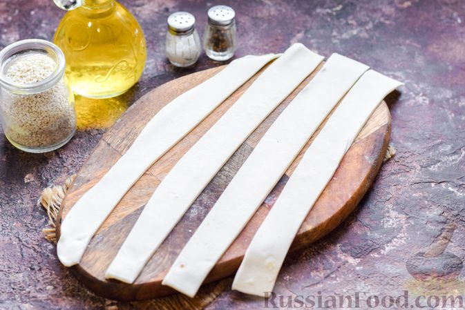 Фото приготовления рецепта: Слоёные трубочки с крабовыми палочками и сыром - шаг №3