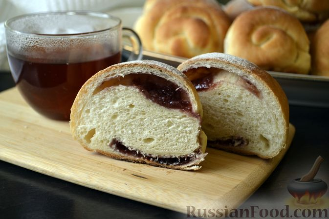 Фото к рецепту: Сдобные булочки на мучной заварке, с вареньем