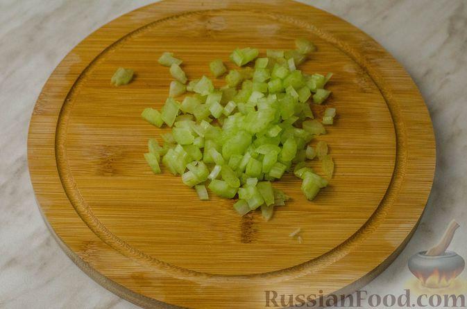 Фото приготовления рецепта: Куриные рулеты с печенью, сладким перцем и сельдереем - шаг №6