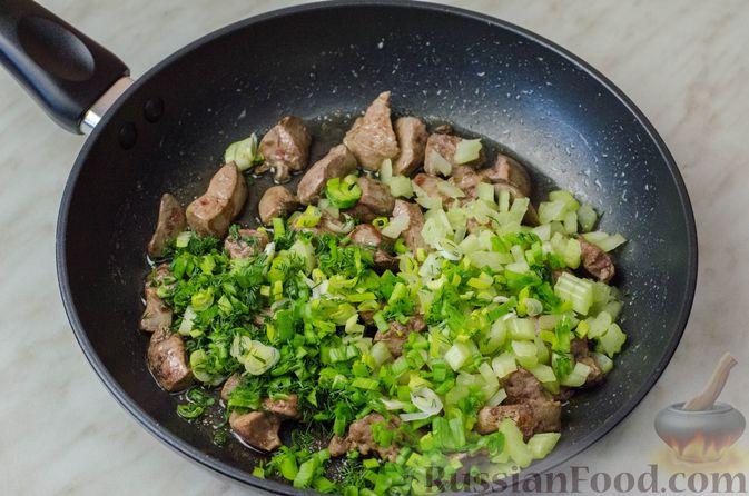 Фото приготовления рецепта: Куриные рулеты с печенью, сладким перцем и сельдереем - шаг №7