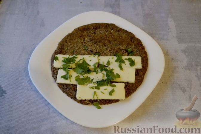 Фото приготовления рецепта: Льняная лепёшка без пшеничной муки (в микроволновке) - шаг №14