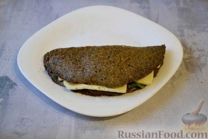 Фото приготовления рецепта: Льняная лепёшка без пшеничной муки (в микроволновке) - шаг №15
