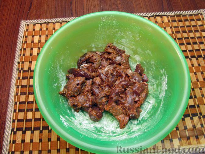 Фото приготовления рецепта: Жареная картошка с говяжьей печенью - шаг №6