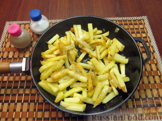 Фото приготовления рецепта: Жареная картошка с говяжьей печенью - шаг №10