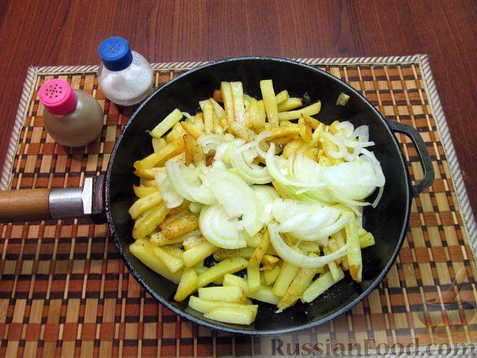 Фото приготовления рецепта: Жареная картошка с говяжьей печенью - шаг №11