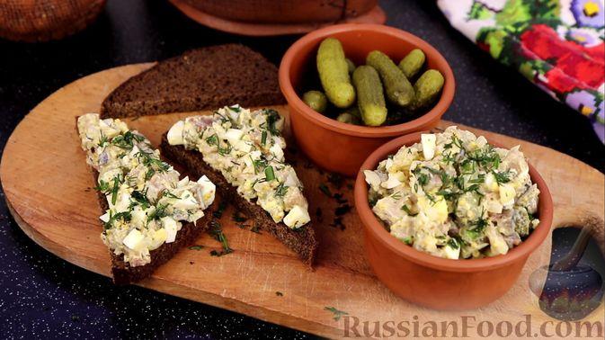 Фото к рецепту: Закуска из малосольной скумбрии, маринованных огурцов и варёных яиц