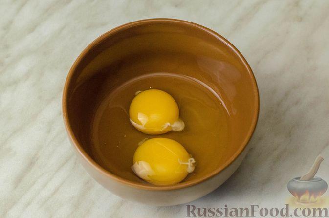 Фото приготовления рецепта: Мясные рулетики с омлетом, запечённые с картофелем и сливками - шаг №3