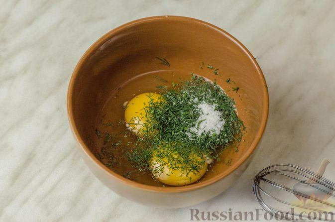 Фото приготовления рецепта: Мясные рулетики с омлетом, запечённые с картофелем и сливками - шаг №4