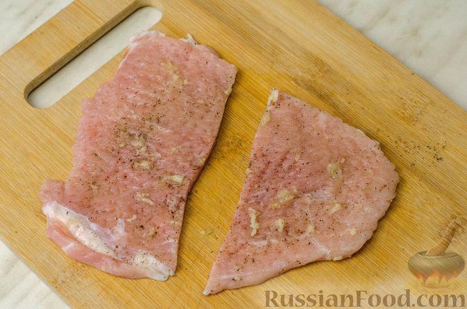 Фото приготовления рецепта: Мясные рулетики с омлетом, запечённые с картофелем и сливками - шаг №11