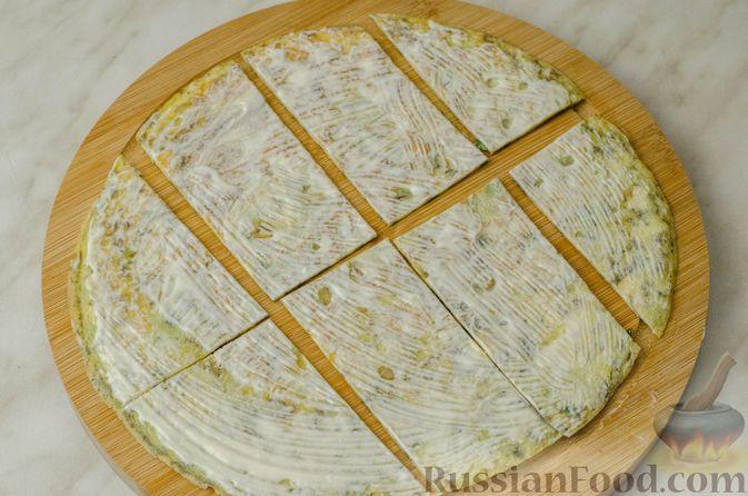 Фото приготовления рецепта: Мясные рулетики с омлетом, запечённые с картофелем и сливками - шаг №13
