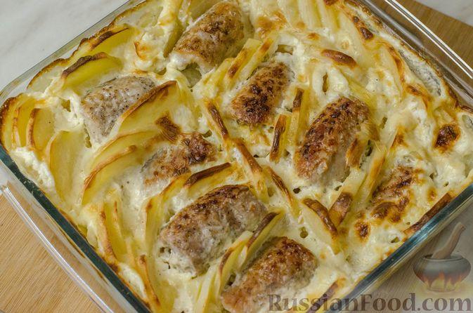 Фото приготовления рецепта: Мясные рулетики с омлетом, запечённые с картофелем и сливками - шаг №22