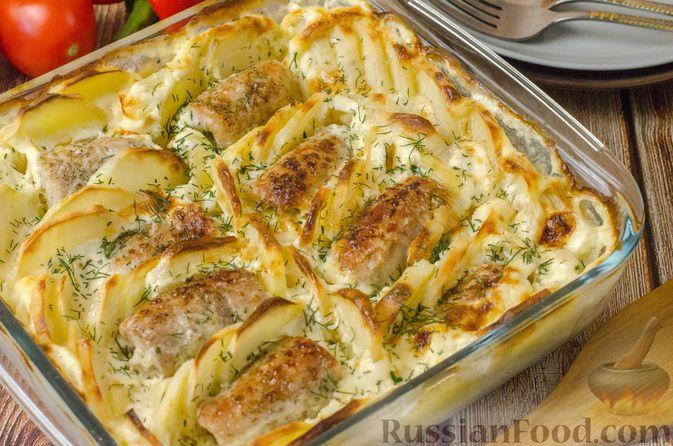 Фото приготовления рецепта: Мясные рулетики с омлетом, запечённые с картофелем и сливками - шаг №23