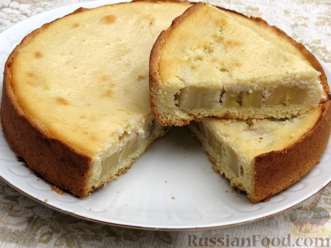 Фото к рецепту: Открытый песочный пирог с бананами в яично-сметанной заливке
