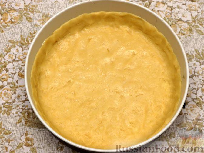 Фото приготовления рецепта: Открытый песочный пирог с бананами в яично-сметанной заливке - шаг №6