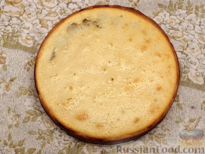 Фото приготовления рецепта: Открытый песочный пирог с бананами в яично-сметанной заливке - шаг №13