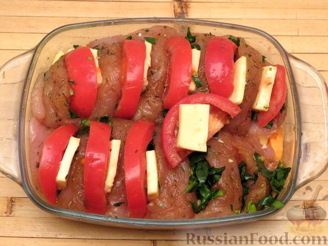 """Фото приготовления рецепта: Филе индейки """"Гармошка"""" с помидорами, шпинатом и сыром, запечённое с овощами - шаг №9"""