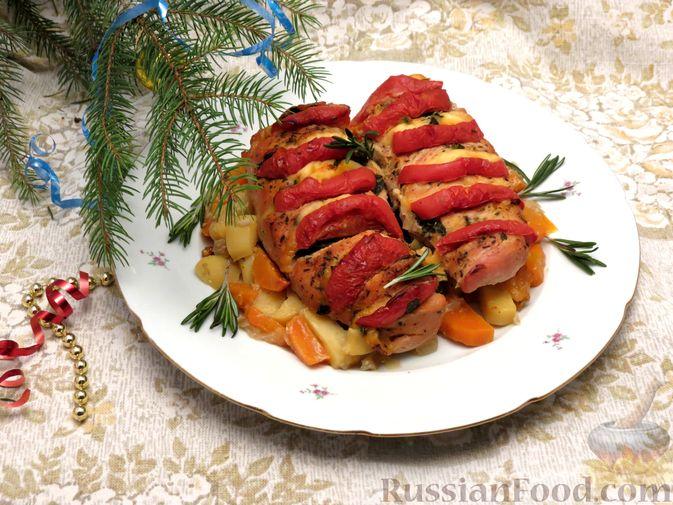 """Фото приготовления рецепта: Филе индейки """"Гармошка"""" с помидорами, шпинатом и сыром, запечённое с овощами - шаг №11"""