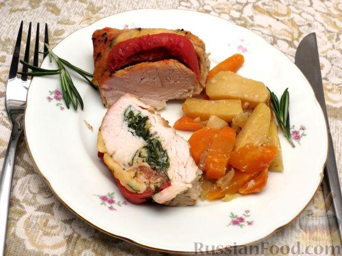 """Фото приготовления рецепта: Филе индейки """"Гармошка"""" с помидорами, шпинатом и сыром, запечённое с овощами - шаг №13"""