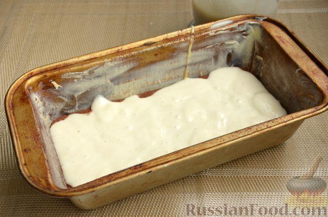"""Фото приготовления рецепта: Кекс """"Жираф"""" из двух видов бисквита с прослойкой какао-порошка - шаг №12"""