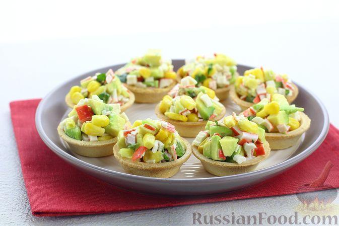 Фото к рецепту: Тарталетки с крабовыми палочками, кукурузой и авокадо