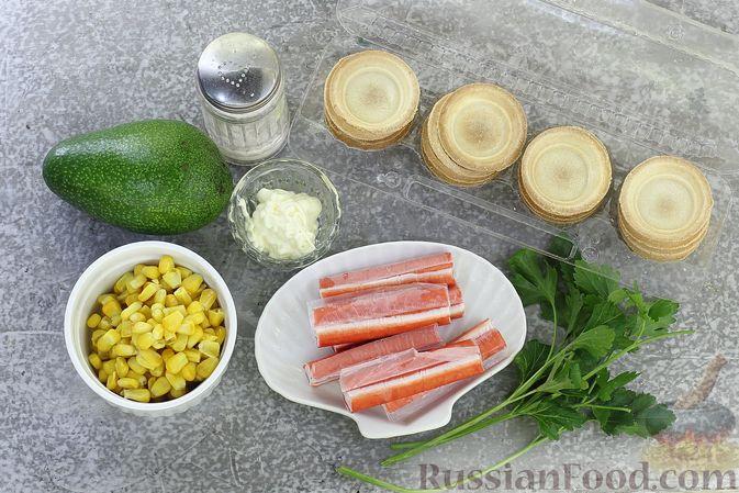 Фото приготовления рецепта: Тарталетки с крабовыми палочками, кукурузой и авокадо - шаг №1