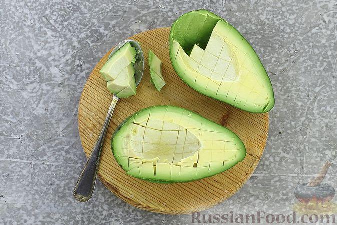 Фото приготовления рецепта: Тарталетки с крабовыми палочками, кукурузой и авокадо - шаг №4