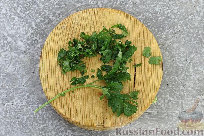 Фото приготовления рецепта: Тарталетки с крабовыми палочками, кукурузой и авокадо - шаг №5